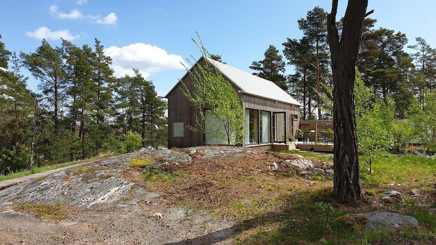 Modernt nybyggt litet hus i Stockholms skärgård