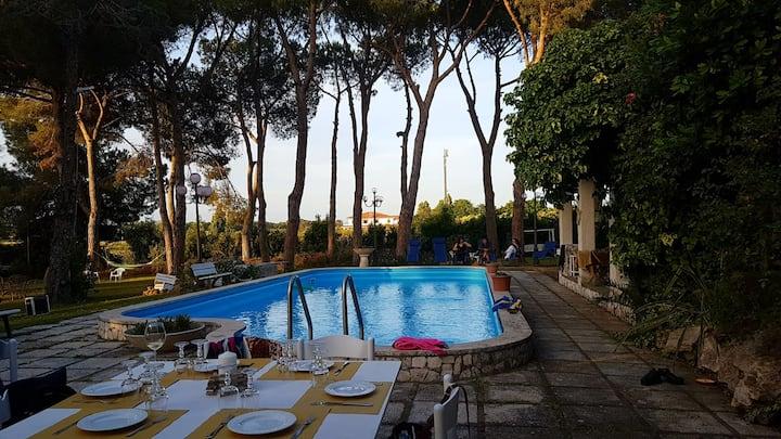 Stanza stile mare in villa con piscina