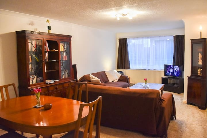 Bright & Spacious 2 bed flat in peaceful Hove