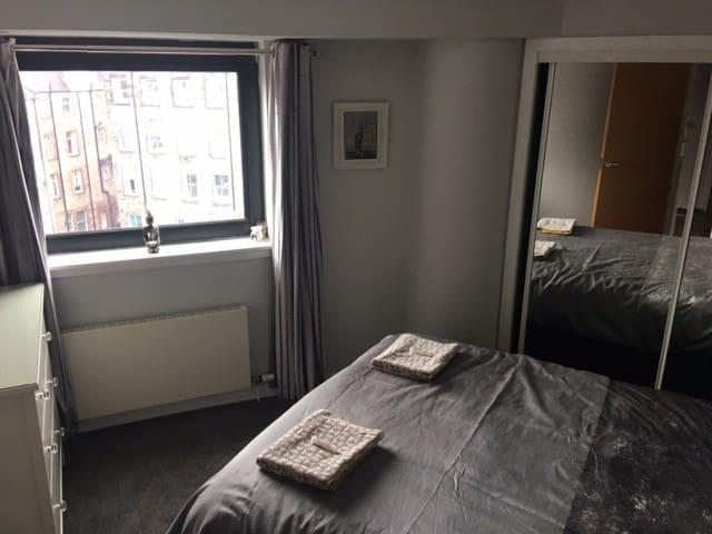 Kingsize Bedroom (view 2)