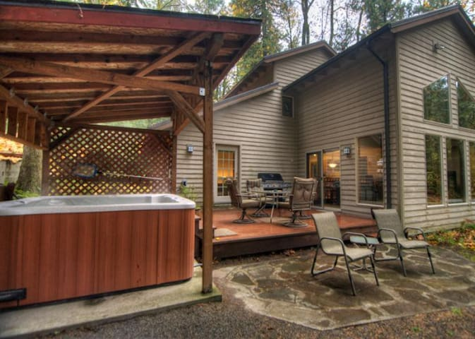 Private, outdoor hot tub and deck at Salmonberry Retreat in Brig
