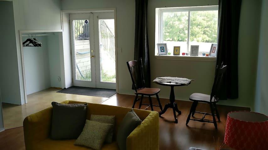 Cozy apt with pvt living bedroom kitchen washroom - วิทบี - บ้าน