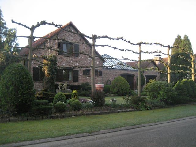 Een kamer op verdiep van landelijke woning