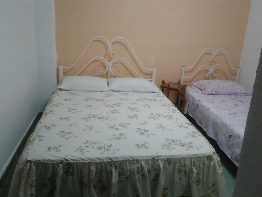 Habitación completamente equipada con sábanas limpias (las cambiamos cada dos días), toallas, champú, caja fuerte, frigorífico, perchas y aire acondicionado.
