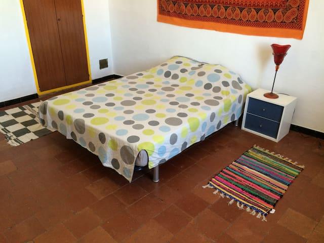 Chambre claire et spacieuse - Névian - Casa