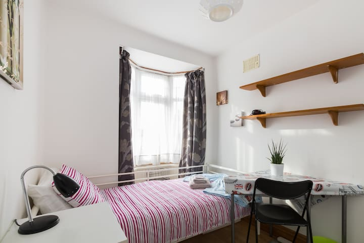 Cosy bright single room nr. Wembley - London - Hus