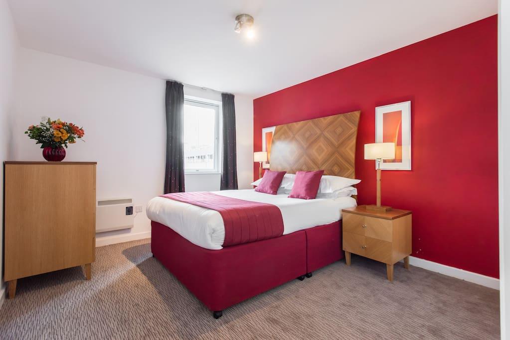 PREMIER SUITES Birmingham 1 bed apartment double bedroom