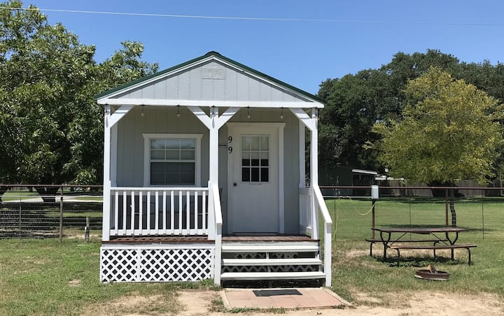 2-person cabin, BMT getaway 10 min from Lackland