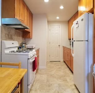 Entire Private 1 Bedroom Apartment (full kitchen)
