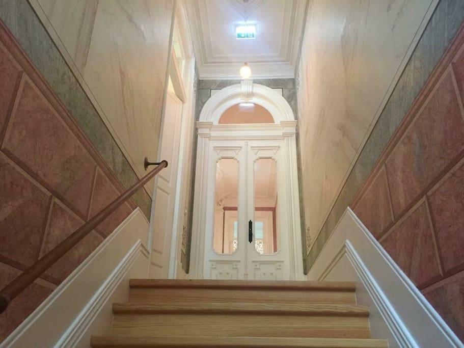 Building entrance (few steps)