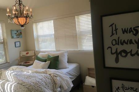 Cozy and quaint bedroom on max! - Beaverton - Condominio
