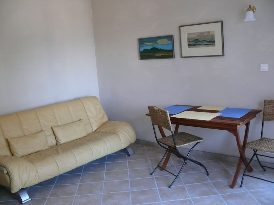 Wohnzimmer mit Schlafcouch (Kinder oder zusätzliche Person) mit Eßtisch für vier Personen