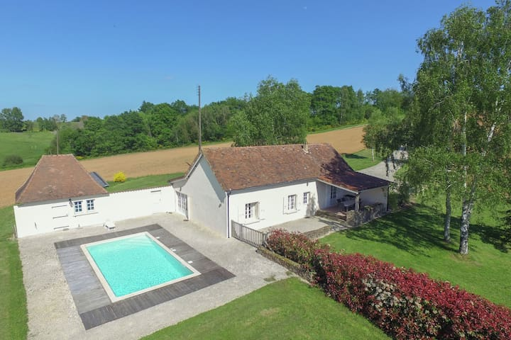 Villa with panoramic views, large garden, covered terrace and heated pool.