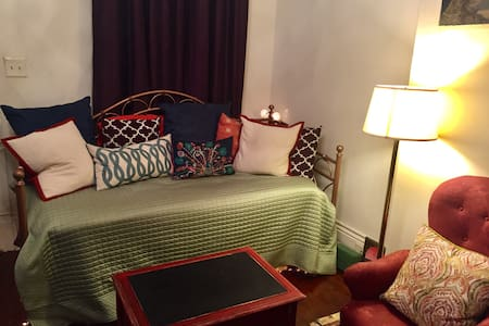 Comfy space close to everything! - New Orleans