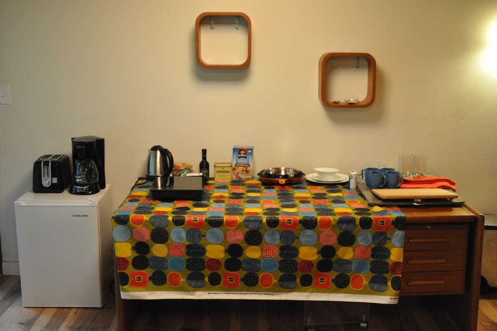 Living Room with Cooktop, Mini Fridge, Toaster and Coffee maker