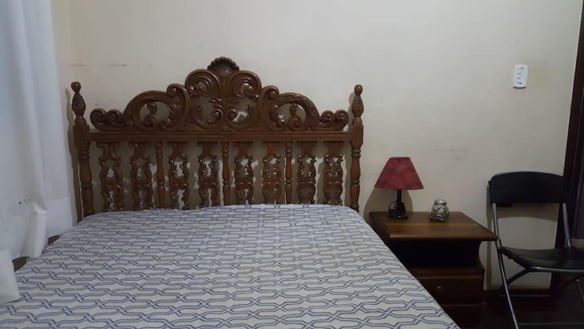 Quarto com cama de casal em casa espaçosa