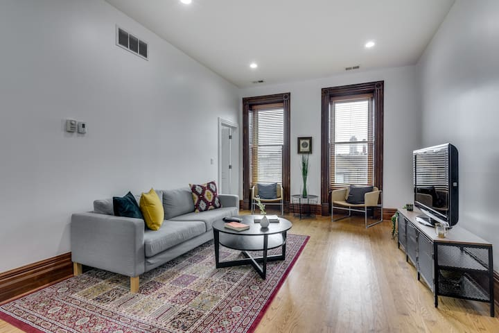 Top Floor Lincoln Park 3 Bedroom with Parking