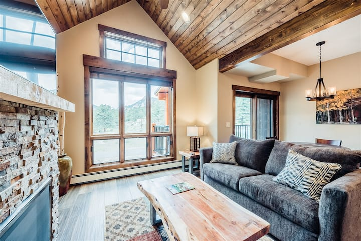 Townhome with private deck overlooking the Continental Divide. 5-minute walk to downtown! (#310)
