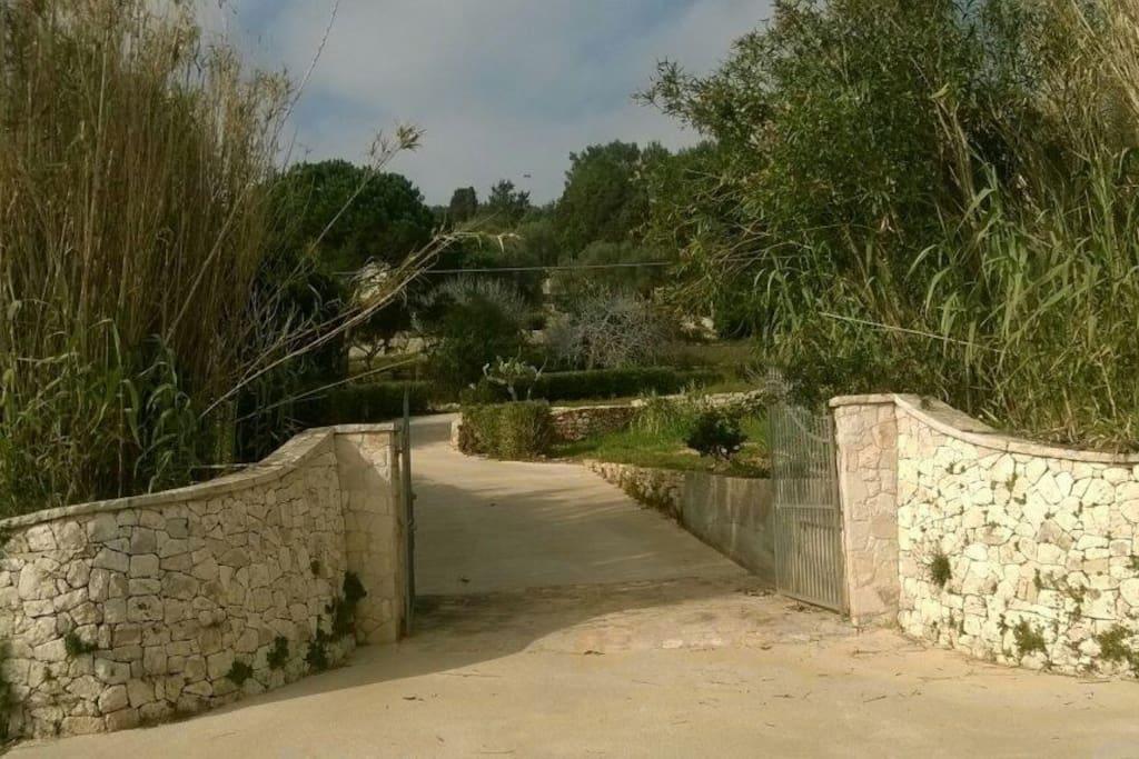 Accesso alla villa dalla strada litoranea