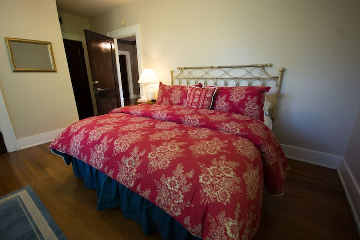 Cinnamon Ridge Bed & Breakfast- The Prince Room