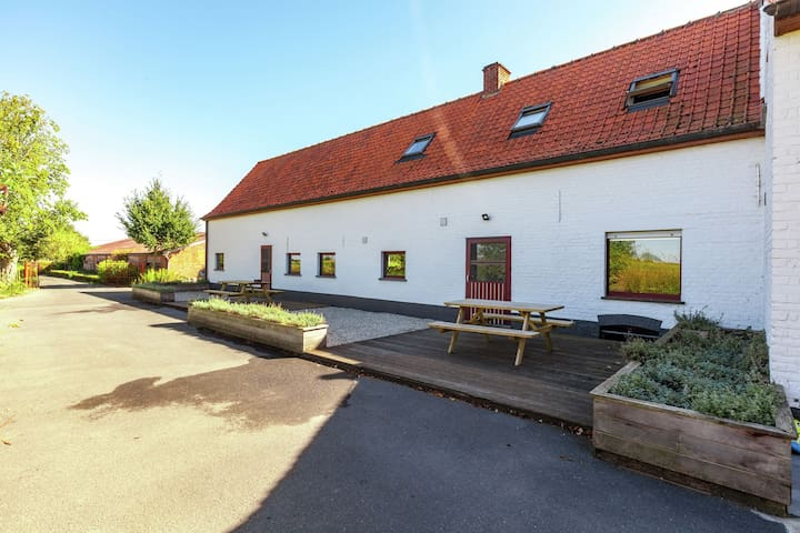 Welcoming, countryside farmhouse in Vleteren, a drive away from Ypres