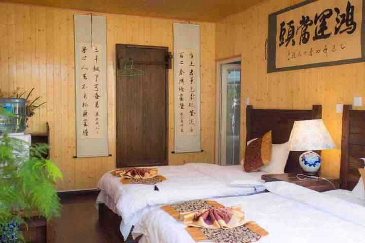 花园双床房:25平方,落地玻璃窗,穿过花园进入房间,邻近大理古城最热闹最繁华的南城门。