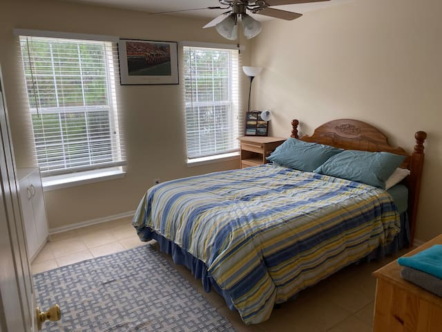 Heart of Destin, 5 mins from the beach! Priv. Room
