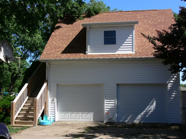 FULLY FURNISHED APARTMENT above  detached garage - Oskaloosa - Apartment