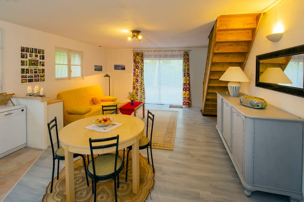 au rez de chaussée ,la grande pièce à vivre avec un clic clac jaune.