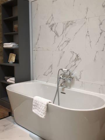 Nine Ball Room : Votre salle de bain en îlot dispose d'une grande baignoire, d'une vaste douche ainsi que de deux vasques et d'un WC séparé.  Serviettes à disposition, produits d'accueil certifiés Bio, sèche cheveux.