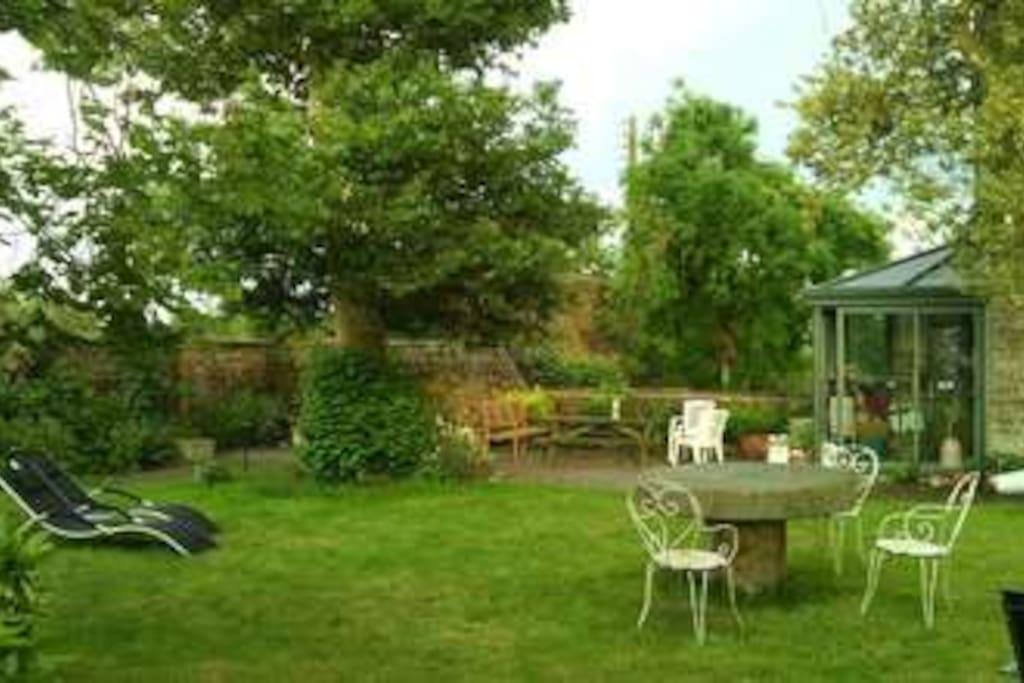 Jardin nord avec sa table de Ping-Pong (nous vous prêtons le matériel)