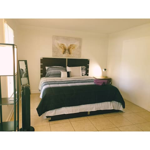 Spacious BR 15min to Uptown & Airport