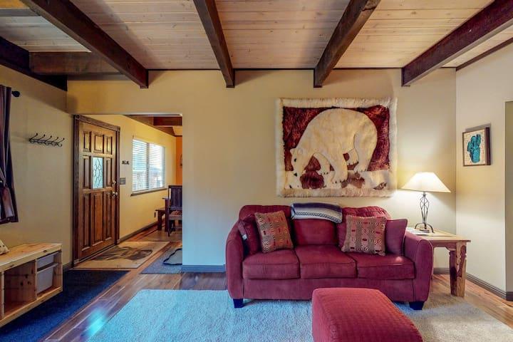 Comfortable cabin w/private, six-person hot tub-near lake & skiing