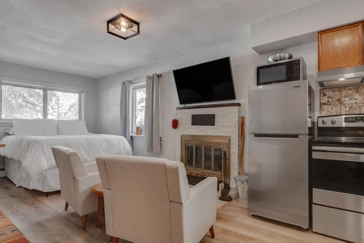 New Listing! Stylish studio with fireplace, river views, just 4 miles to Taos Ski Valley