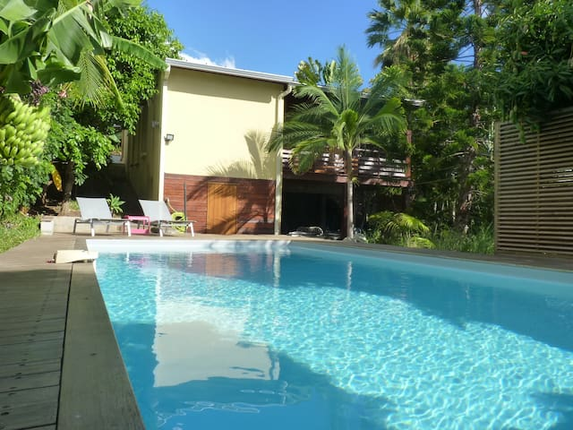 Villa tropicale avec piscine et grand jardin