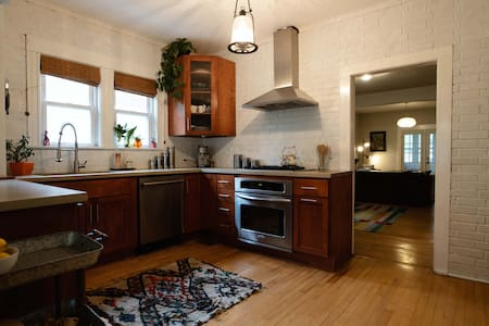 Beautiful downtown Elgin home w/ access to O'Hare