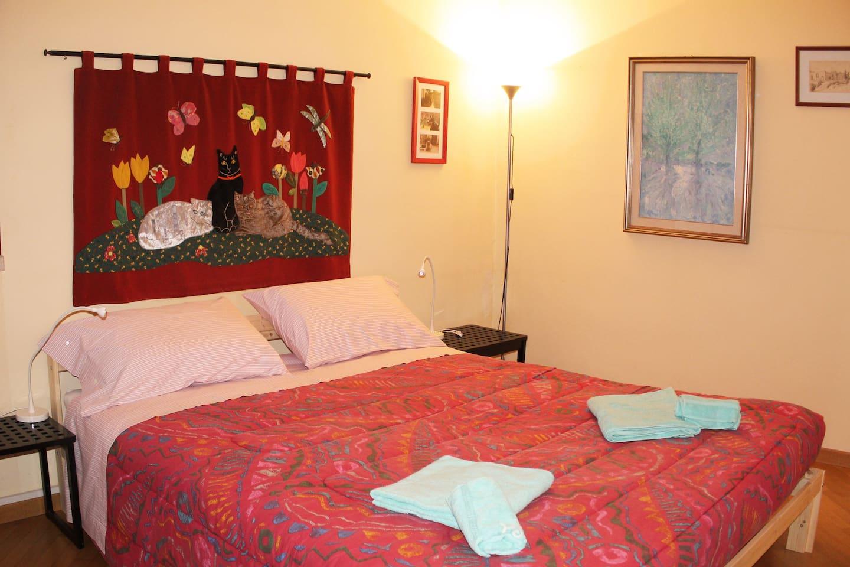 Camera con letto matrimoniale e ampio armadio