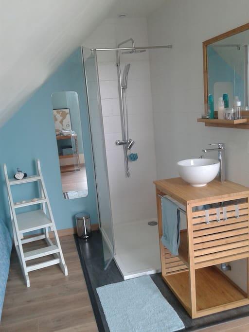 Chambre avec salle de bain et terrasse priv es houses for Salle de bain translation