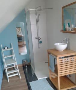 Chambre avec  salle de bain et terrasse privées .