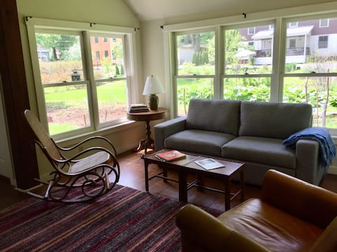 Sunny barn apartment 4 minute walk from downtown