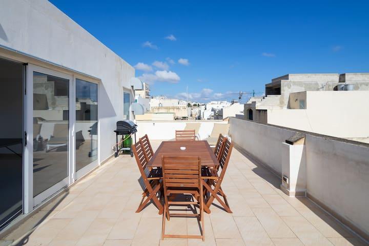 House with Roof Terrace & Table Tennis! Sleeps 20