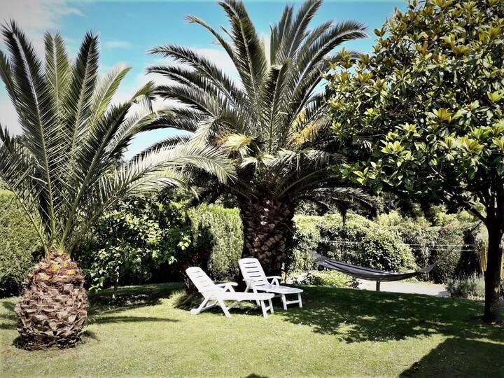 Chalet con amplio porche y jardín