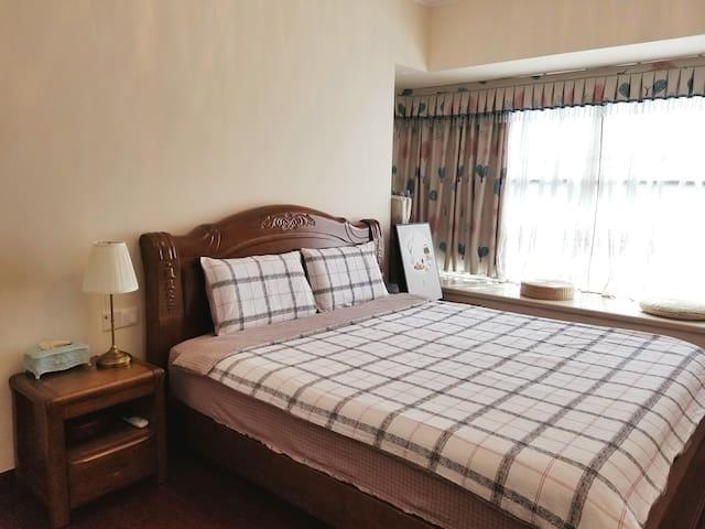 主卧是1.8✖️2米大床,很宽敞睡起来特别舒服,还有长飘窗,正对小区花园湖景