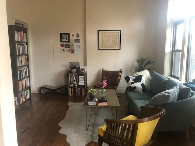 ~ SUNNY 2BR IN HEART OF LOGAN SQUARE/AVONDALE ~