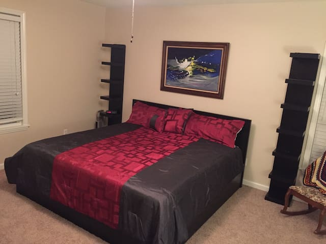 Spacious king room w/ full bath. - Johnson City - Haus