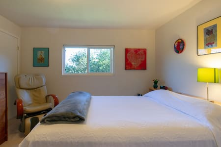 Private Room w/ full bath,  Queen bed.