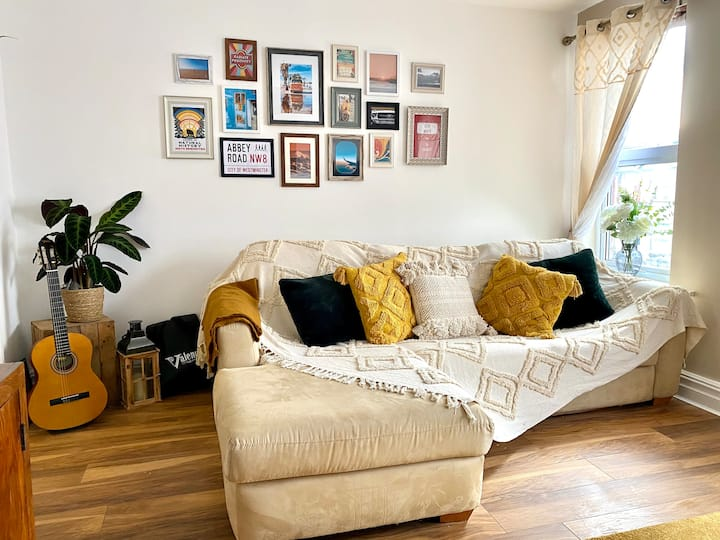 Beautiful Apartment in Centre FREE PARKING & WI-FI