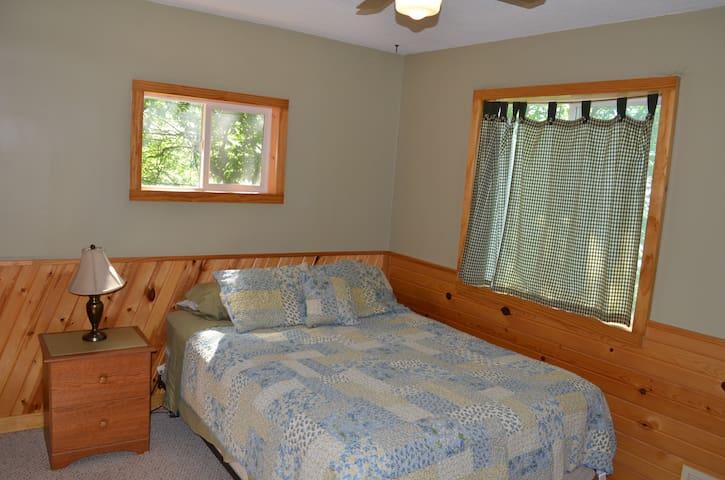 Bedroom 2 / Lake View