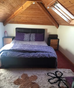 Cosy MASSIVE room with FREE PARKING - Bungalou