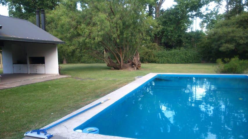 Quinta con quincho,con parrillero,parque y piscina - Roldán
